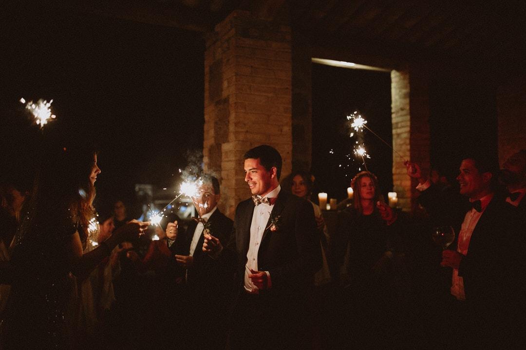baile boda con bengalas